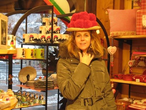 עם כובע  מסורתי של נשות היער השחור Bollenhut